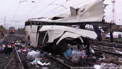 ДТП в Росії: Вціліли ті, хто намагався зіштовхнути автобус із рейок