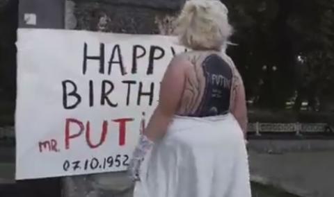 У центрі Києва оголена активістка Femen привітала Путіна з днем народження