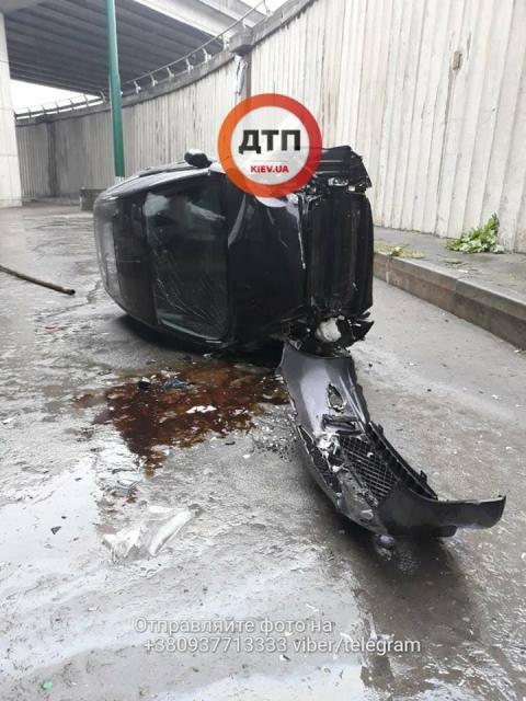 У Києві авто з дитиною вилетіло з мосту