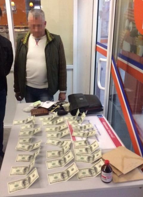 В Запоріжжі на хабарі затримали посадовця митного контролю аеропорту