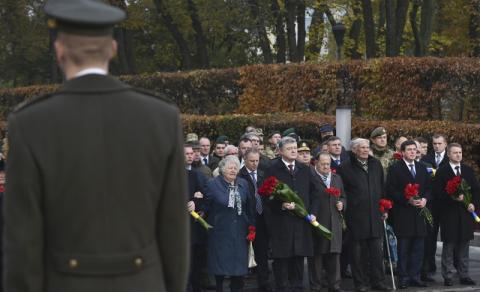 Президент вшанував пам'ять загиблих у зв'язку із 73-ю річницею вигнання нацистів з України