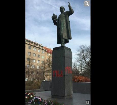 У Празі радянський пам'ятник обмалювали червоною фарбою