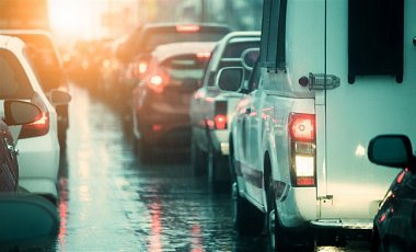 Через ожеледицю Київ скували пробки, транспорт збився з графіка
