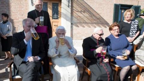 Пивовари випустили спеціальне пиво на честь колишнього Папи Римського