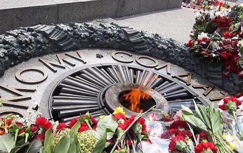 В Києві Вічний вогонь залили цементом