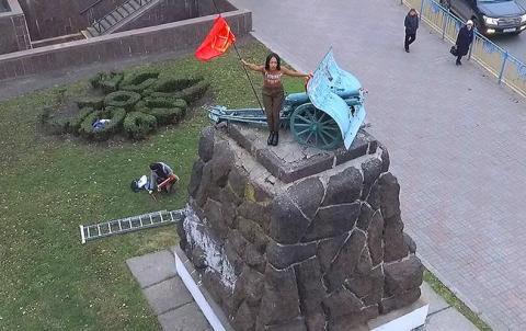 У Києві оголена активістка Femen влаштувала пікантну акцію протесту (відео)