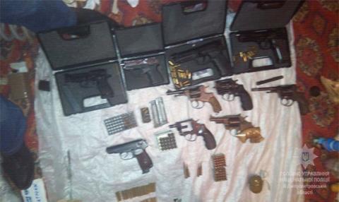 У Дніпропетровській області у квартирі місцевого мешканця виявили арсенал зброї