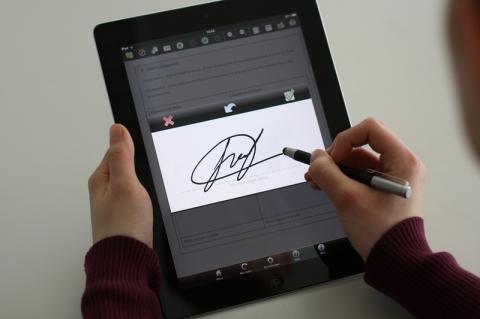Закон про електронний підпис набере чинності через рік