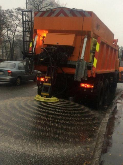 Через погану погоду в Києві посипають дороги