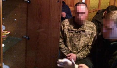 У Харкові правоохоронці затримали військового на хабарі