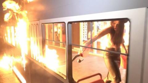 """""""Femen""""-ка підпалила трамвайчик біля вінницького магазину """"Roshen"""""""