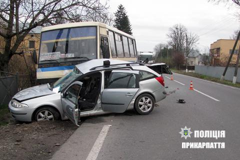 В Івано-Франківській області автомобіль зіткнувся з автобусом, є загиблий