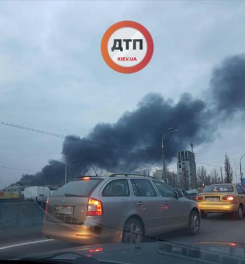 """У Києві сталася пожежа біля """"Агромату"""""""