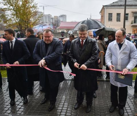 Президент у Дніпрі взяв участь у відкритті реконструйованого корпусу центру матері та дитини
