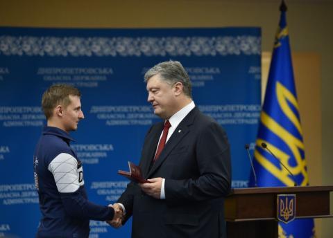 Президент на Дніпропетровщині нагородив учасників Революції Гідності