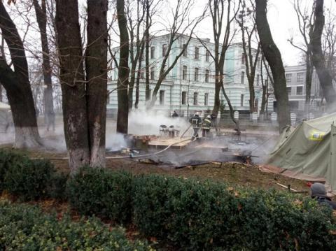 Під будівлею Верховної Ради згорів намет протестувальників