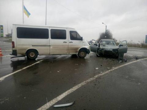 Під Дрогобичем зіткнулися мікроавтобус і легкове авто, є постраждалі