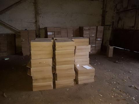 """На Донбасі в """"сірій зоні"""" виявили склади з контрафактними сигаретами"""
