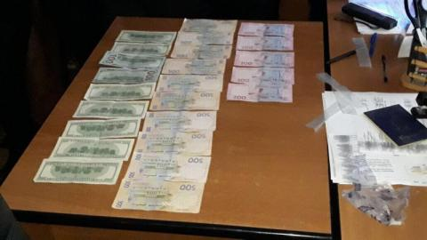У Хмельницькій області затримали на хабарі посадовця міграційної служби