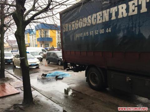 В центрі Житомира вантажівка на смерть збила пішохода