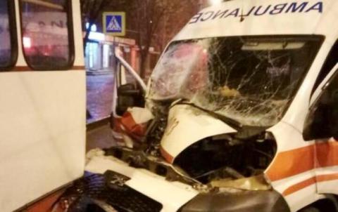 У Харкові у тролейбус врізалася машина швидкої допомоги