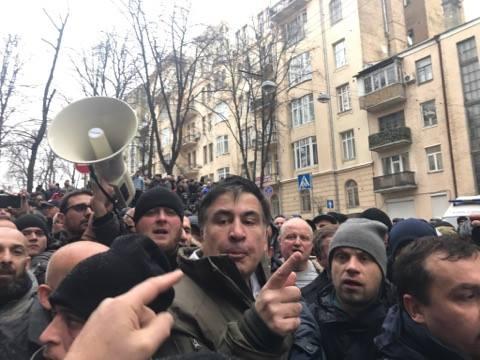 Прихильники Саакашвілі витягли його з автомобіля силовиків: фото