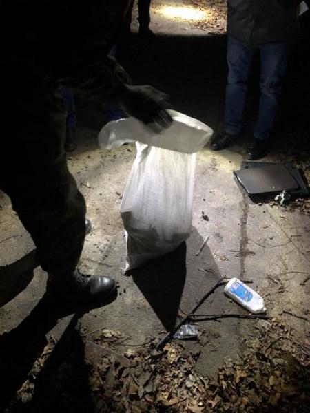 У Дніпропетровській області знайшли дві схованки зі зброєю та наркотиками
