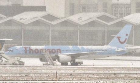Снігопади у Британії спричинили хаос на дорогах, заблокували роботу аеропортів