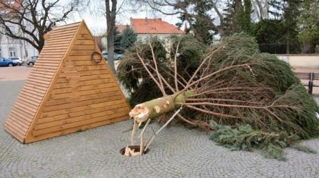 Сильний вітер зламав різдвяну ялинку на головній площі словацького міста