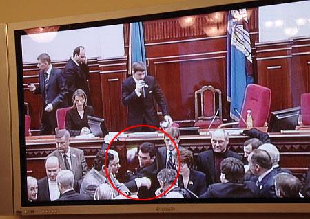 Хроніка 12 грудня. Тимошенко б'ють у Раді, а судді накопичили мільярд