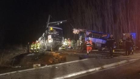 Зіткнення поїзда з автобусом у Франції: загинули школярі, 24 постраждалих