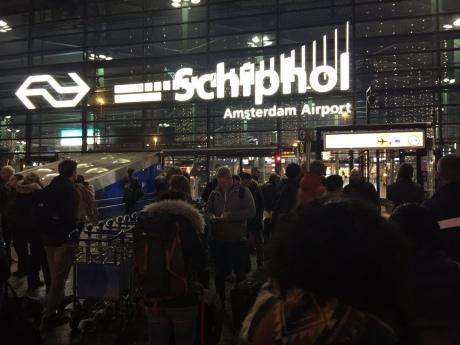 В аеропорту Амстердама поліція поранила чоловіка, який погрожував ножем