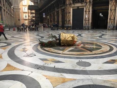 Різдвяна ялинка у найвідомішому торговому центрі Неаполя простояла добу, її вкрали