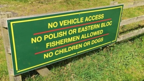 У Британії господаря ставка змусили зняти знак, що забороняв полякам ловити рибу