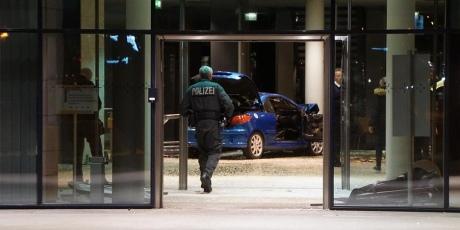 В Німеччині чоловік на авто протаранив штаб-квартиру партії соціал-демократів