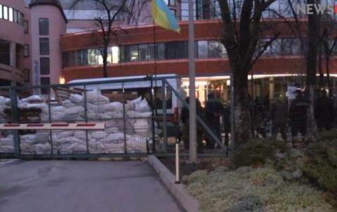 Активісти почали розбирати мішки біля офісу NewsOnе