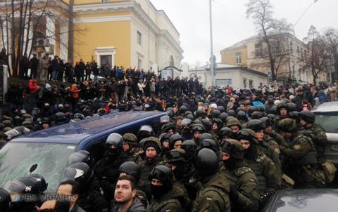 Затримання Саакашвілі: автобус з політиком блокують близько 300 активістів