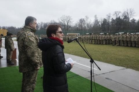 Президент передав військовим сертифікати на 40 медичних машин «Хаммер»: Автомобілі, які рятуватимуть українських воїнів, – одразу ж направляються в зону АТО
