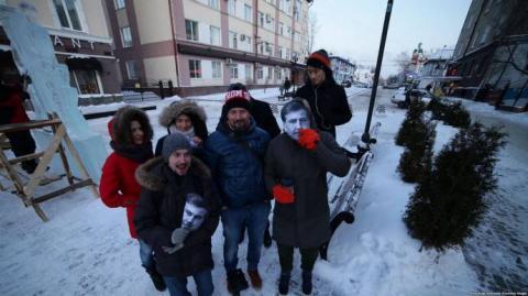 У Томську у відповідь Путіну влаштували перформанс в масках Саакашвілі