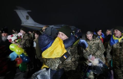 Велике спасибі, тобі Україно, за те, що ми єдині – Президент подякував усім, хто зустрів звільнених українських героїв