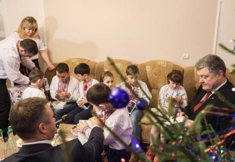 Президент вручив сертифікат та ключі від нового будинку багатодітній родині на Одещині