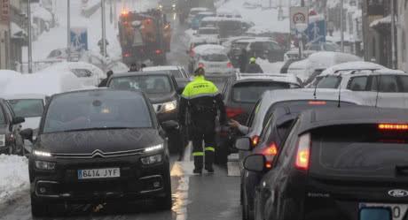 Cнігопад у Іспанії заблокував тисячі людей у машинах