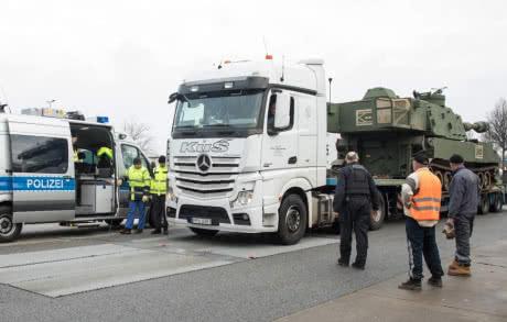 У Німеччині затримали колону гаубиць США за порушення правил перевезення