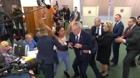 Напівоголена активістка Femen накинулася на Земана на виборчій дільниці