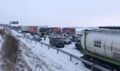 У Чехії снігопади паралізували рух на головній автостраді країни