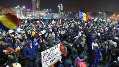 У центрі Бухареста десятки тисяч людей вийшли на антикорупційний протест