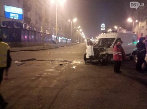 Вантажівка у Запоріжжі врізалась у швидку з пацієнтом, проїхавши на червоне