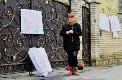 """У Вінниці під єпархію УПЦ МП принесли труну """"Кубло російського окупанта"""""""