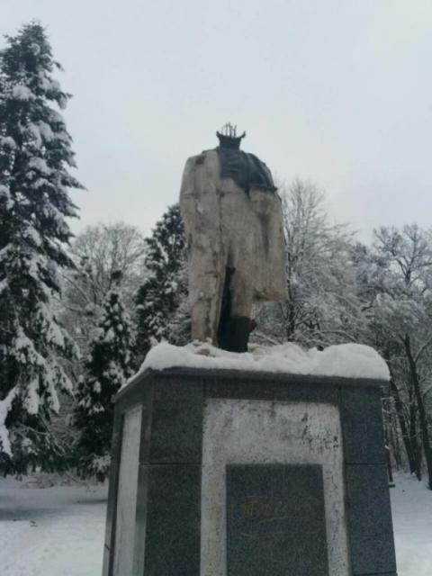 На Львівщині вандали відбили голову пам