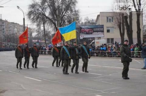 На параді в Кривому Розі нацгвардійці маршували з радянськими прапорами